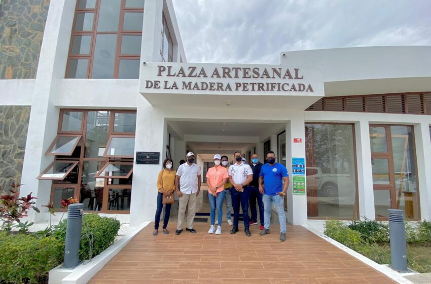 Directora Regional Ministerio Turismo Reúne Artesanos comunidad Imbert