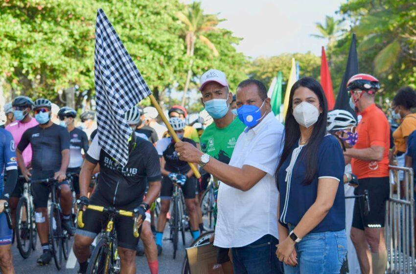 Directora provincial de turismo Da Banderazo Salida Clásico Ciclismo Puerto Plata
