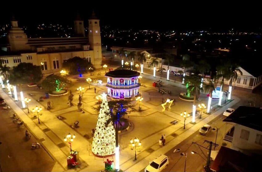 Encienden Gigante Árbol Navideño Plaza Independencia Puerto Plata
