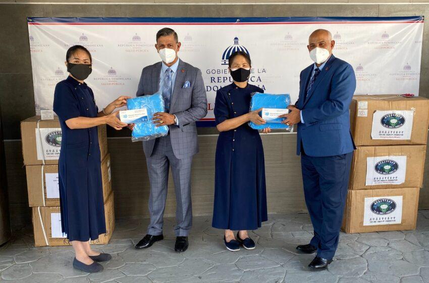 Viceministro Claudio Brito Recibe Mascarillas Dona Fundación Budista Ministerio Salud Publica