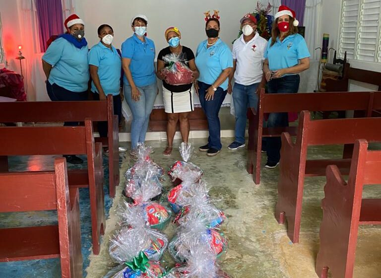 Fundación «Mesa Unidos en Solidaridad» Dona Canastas Navideñas Familias Puerto Plata