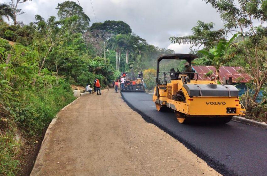 Funcionarios Supervisan Asfaltado Carretera Comunidad Altamira