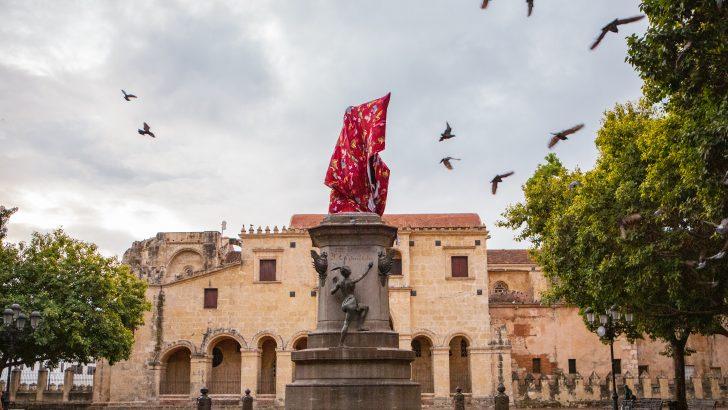 Artista Joiri Minaya encubre escultura de Cristóbal Colón y Anacaona