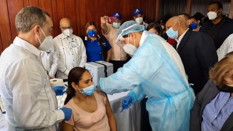 Ministro Salud Daniel Rivera Encabeza Jornada Vacunación Profesores