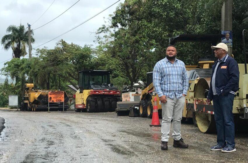 Autoridades Obras Publicas Supervisan Asfaltado Carretera La Vijia-El Cupey